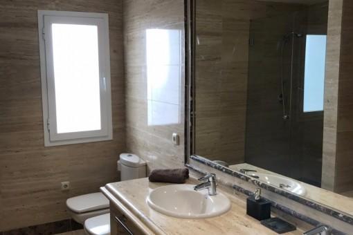El cuarto de baño con luz natural