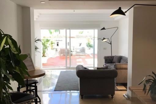 La sala de estar con salida a la terraza
