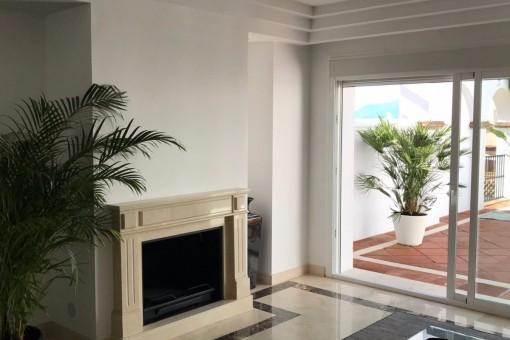 La acogedora sala de estar con el chimnea