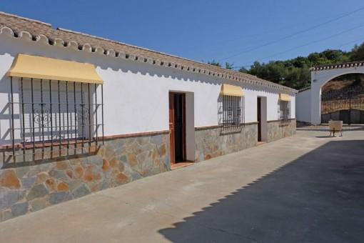 Vista a la entrada y a la segunda casa