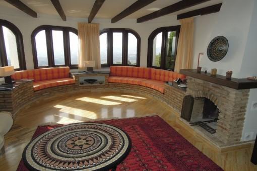 Sala de estar inundada de luz con chimenea