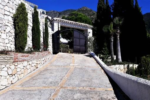La entrada con puerta