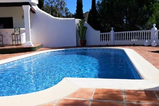 Piscina fantástica con terraza soleada