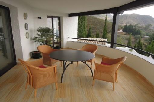 Amplia terraza con sala de estar