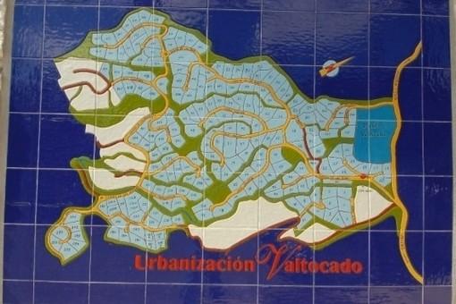 La parcela está ubicada en la Urbanización Valtocado