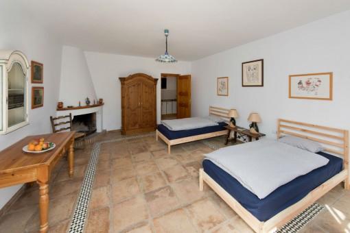 Dormitorio de invitados con dos camas individuales