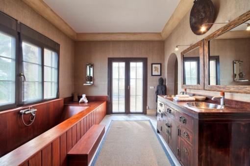Original baño con bañera de madera