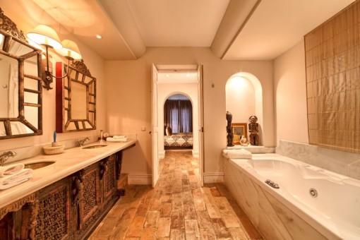 Otro cuarto de baño con bañera de hidromasaje