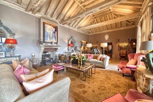 Lujoso área de estar con techos de doble altura con vigas de madera