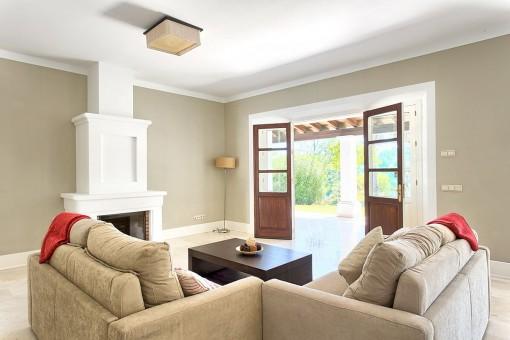 Luminoso salón con chimenea
