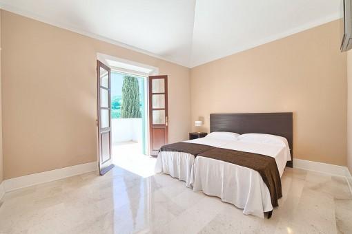 Gran zona de dormitorio con acceso a la terraza
