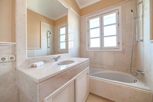 Uno de cuatro baños