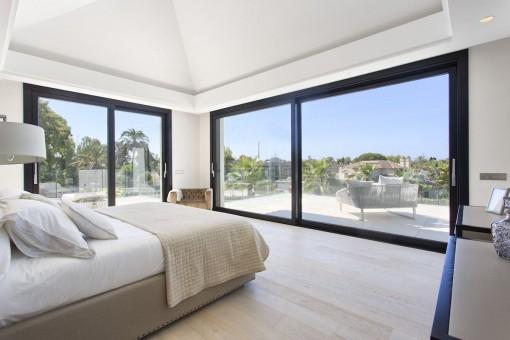 Dormitorio lleno de luz con terraza