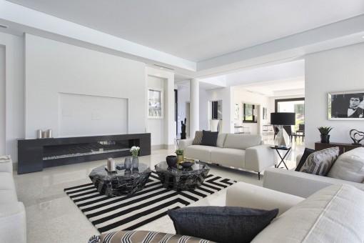 Vista alternativa de la sala de estar en estilo elegante