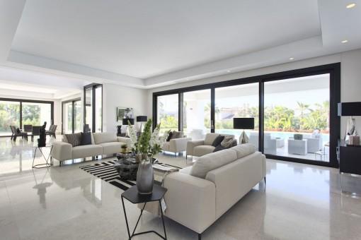 Sala de estar espaciosa con acceso a la terraza
