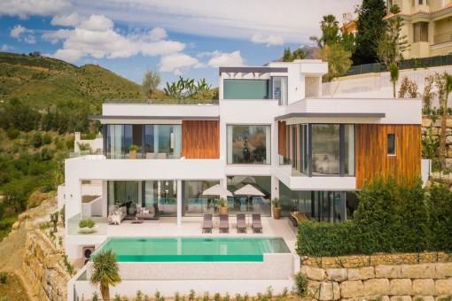 Vista exterior formidable de la villa con piscina infinita
