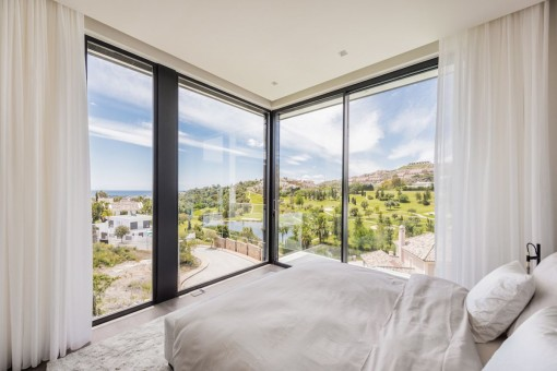 Dormitorio inundado de luz con cama doble