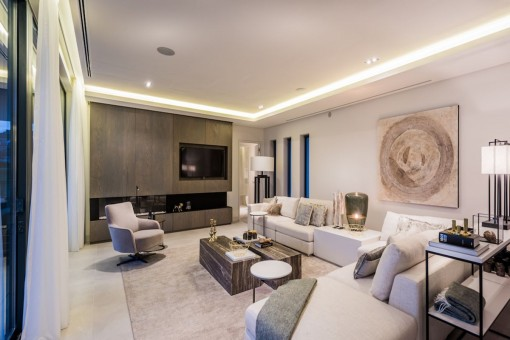 Sala de estar decorada con buen gusto