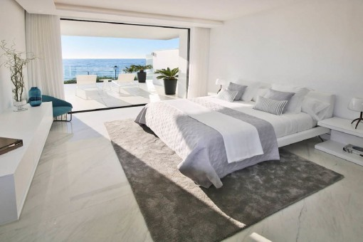 Confortable dormitorio con vistas al mar