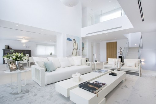 Sala de estar con techo alto