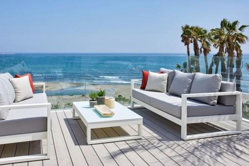 Terraza con muebles de salón y vistas al mar