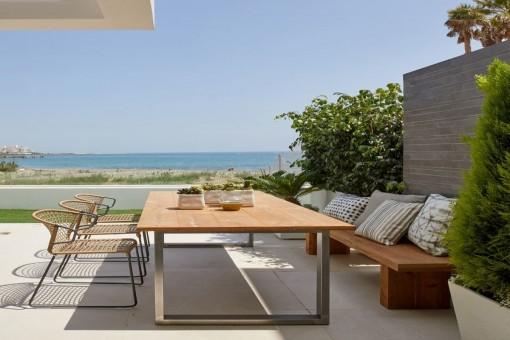 Vista alternativa de la terraza con comedor