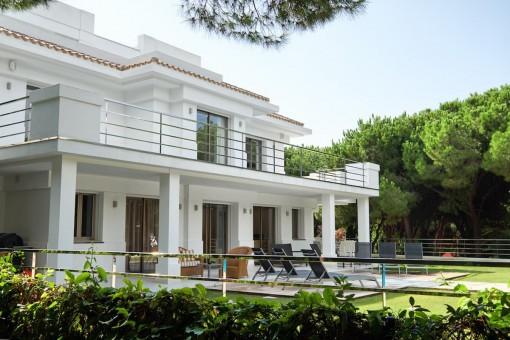 Vista exterior moderna de la villa