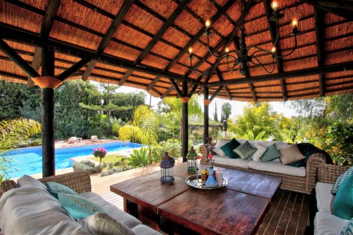 Zona de relax junto a la piscina