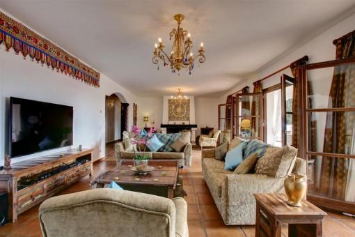 Sala de estar de buen gusto con acceso a la terraza