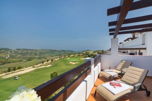 Hermoso apartamento en entrepiso en un complejo de golf con vistas al mar en Estepona