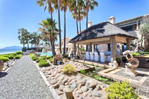 Idílica terraza con comedor exterior y piscina