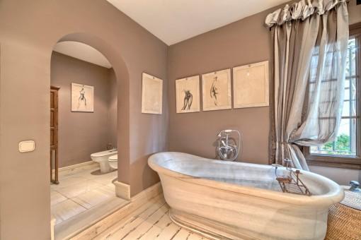 Maravilloso cuarto de baño con bañera