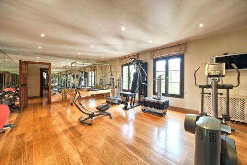 Espacioso gimnasio con muchos aparatos de ejercicios