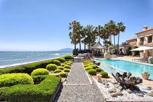 Precioso área de piscina con vistas al mar
