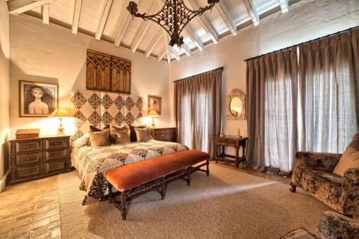 Vista alternativa del dormitorio principal en suite con iluminación nocturna