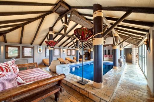 Espacioso área de piscina interior