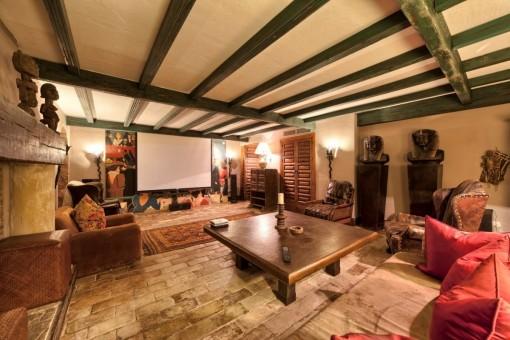 Lujoso cine doméstico con chimenea