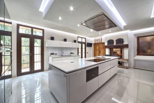 Moderna cocina totalmente equipada con despensa