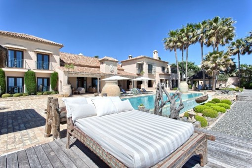 Espacioso área de piscina con vista a la villa