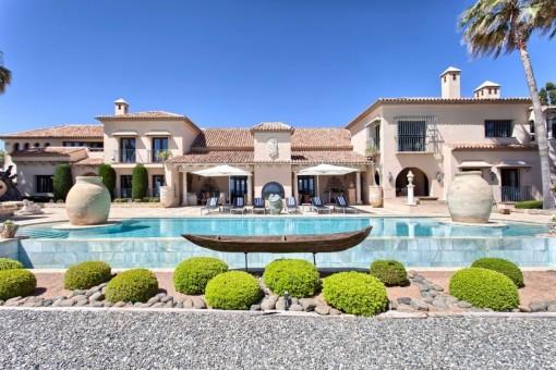 Vista única de la villa con el área de piscina delante