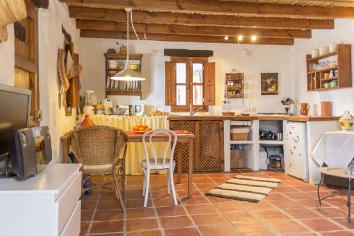 Cocina agradable con vigas de madera