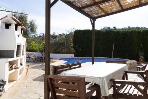 Área de barbacoa con piscina