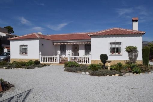 Encantadora casa de campo con impresionantes vistas a la montaña, jacuzzi y garaje en Canillas de Aceituno