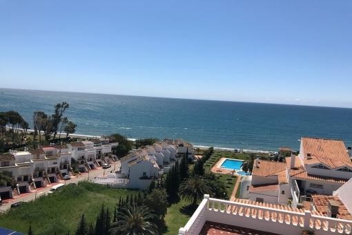 Excelente duplex ático en primera línea de playa en Estepona